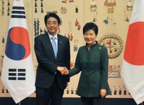 昨秋の日韓首脳会談における安倍晋三内閣総理大臣と朴槿恵韓国大統領 (写真提供:内閣広報室